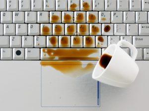 renversé du café sur l'ordinateur